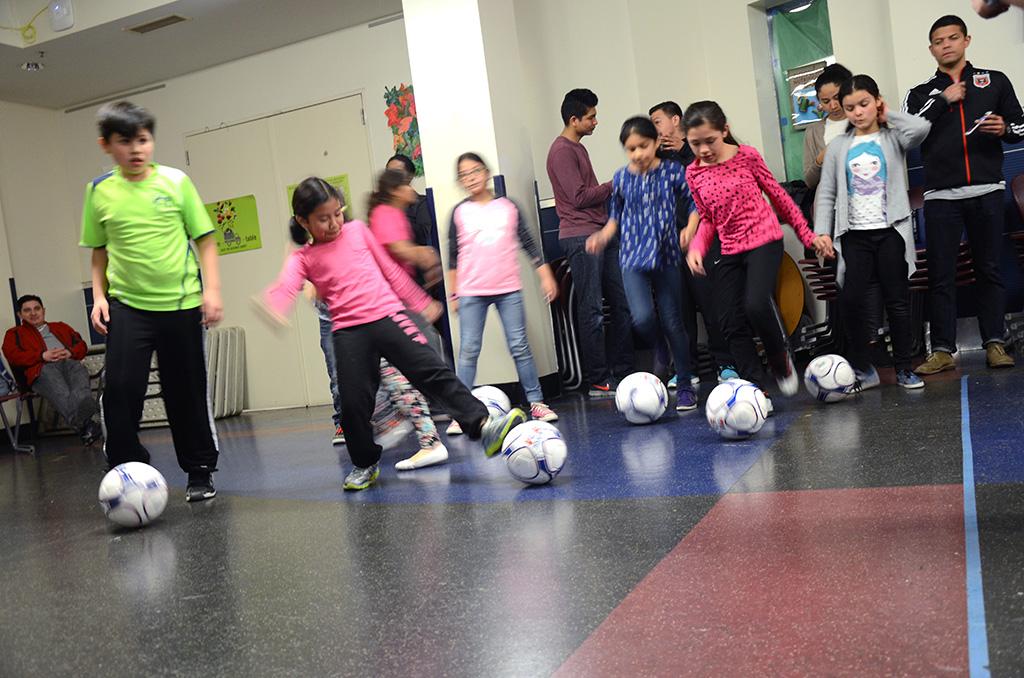 Donan equipos de fútbol a escuela de DC