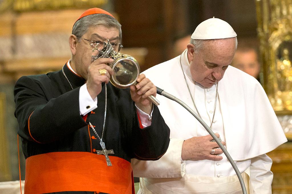 Sangre de San Genaro se  licúa ante el Papa Francisco