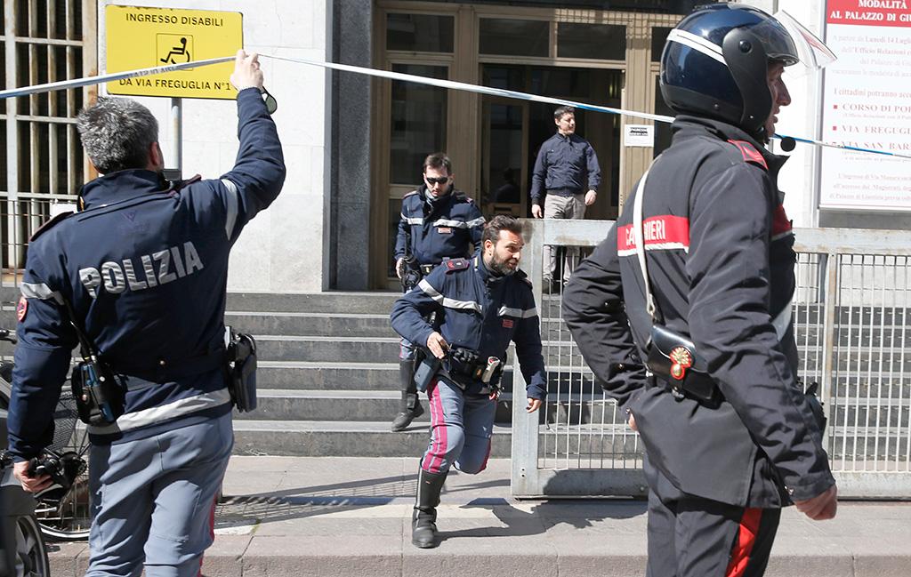 A tiros mata a 3 en tribunal italiano