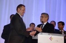 """Jeff Denham, congresista de California (izq.) recibe  el Premio """"Liderazgo en Servicio  Público"""" de manos de Juan Otero, de Comcast, en el cumpleaños 12 de CHLI, el 20 de abril en el Ritz Carlton Hotel."""