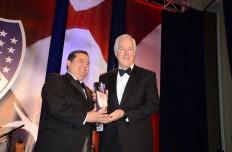 """John Cornyn, Senador de Texas, recibe el Premio """"Legislativo"""" de manos de Roger C. Rocha, Jr. presidente nacional de LULAC, durante la Gala 19, el 24 de febrero en el Mandarin Oriental Hotel."""