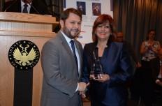 El congresista Rubén Gallego, de Arizona recibe el  reconocimiento de manos de Sonia López, presidenta de CNC, en marzo 1, en la Biblioteca del Congreso.