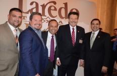 Luis Gutiérrez, congresista de Illinois (centro), es acompañado por Pete Sáenz, Alcalde de Laredo y Henry Cuellar, congresista de Texas (der.). Con ellos miembros del concejo de la ciudad (izq.).