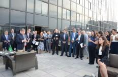 El doctor Samuel Arce, presidente de la Junta Directiva de NHMA (izq.), agradece a los asistentes a la recepción de la XX Conferencia Anual Conjunta de Salud Hispana, el 21 de abril en el Renaissance Hotel. (Fotos: Álvaro Ortiz)
