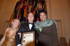 """La alcaldesa de D.C. Muriel Bowser hace entrega de """"Proclamación"""" a los fundadores de Teatro GALA, Hugo y Rebecca Medrano, durante la Ceremonia del 40 Aniversario, el 10 de mayo en la OEA. (Foto: Álvaro Ortiz / Washington Hispanic)"""