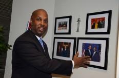 Cid D. Wilson, presidente y director de HACR, muestra sus fotos favoritas. ( Con el Presidente Obama; con el vicepresidente Biden; con la Jueza de la Corte Suprema Sonia Sotomayor; y del grupo del Museo Latino), durante la inauguración de sus oficinas el 23 de febrero, en el 1220 L St. N.W. Suite 701.