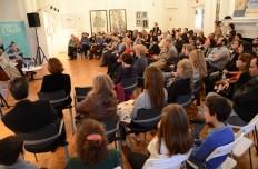 La audiencia escuchó la vida del escritor español.