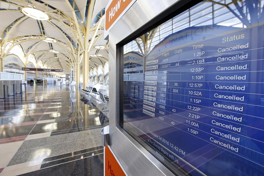 Persisten vuelos retrasados tras tormenta invernal