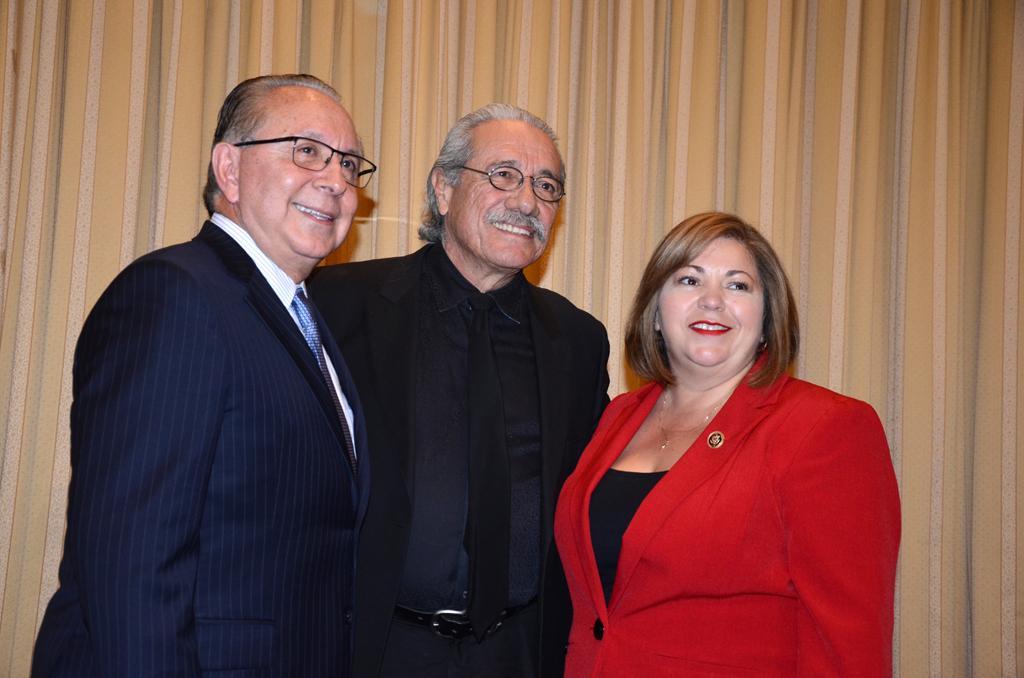 Mickey Ibarra (left); el galardonado Edward James Olmos; y Linda Sánchez, presidenta de CHCI.