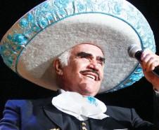El cantante mexicano Vicente Fernández se despidió de todo su publico con un súper concierto gratuito en el estadio Estadio Azteca de la Ciudad de México. Foto: AP