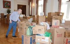 El embajador Francisco Borja revisa los productos donados por la comunidad y que abarrotan los salones de la embajada de Ecuador en Washington.  Fotos: Álvaro Ortiz / Washington Hispanic