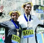 Atsede Baysa (izq) y Lemi Berhanu Hayle posan juntos, luego de ganar la Maratón de Boston 2016 en la categoría femenina y masculina. Foto: AP.