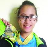 Cuando ya había recorrido  unas cuatro millas, la niña se dio cuenta de que estaba en la carrera equivocada, pero al final decidió terminarla. Aquí luce la medalla que recibió después de cruzar la meta. Foto: Cortesía.