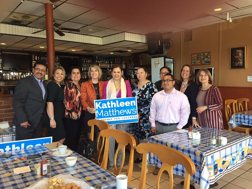 Kathleen Matthews, cuarta de izquierda a derecha, se reunió hace poco con pequeños empresarios hispanos de Maryland y les dio a conocer su plan y propuestas. Foto: Cortesía.