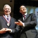 Mario Vargas Llosa al recibir el premio. Foto: AP