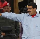 El presidente Nicolás Maduro apunta hacia sus partidarios durante una marcha frente al Palacio de Miraflores en Caracas, Venezuela, el jueves 7 de abril de 2016. Varios miles de empleados públicos y seguidores del gobierno realizaron una marcha en el centro de la capital venezolana para protestar contra la ley de amnistía que aprobó la mayoría opositora de la Asamblea Nacional. (Foto AP / Ariana Cubillos)