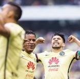 Oribe Peralta, derecha, festeja tras anotar por el América en el duelo ante las Chivas en la vuelta de los cuartos de final del Clausura mexicano, en Ciudad de México, el domingo 15 de mayo de 2016. Foto:Christian Palma/AP