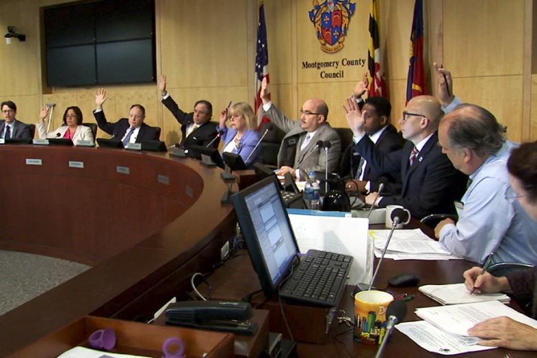 La presidenta Nancy Floreen (al centro), su vicepresidente y los otros siete miembros del concejo del condado de Montgomery levantan el brazo para aprobar por unanimidad el presupuesto operativo 2017 récord. Foto: Cortesía Condado de Montgomery