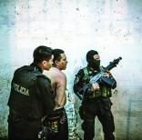 Con órdenes judiciales, la policía de San Salvador ha detenido a docenas de miembros de las llamadas maras, acusados de asesinatos y extorsiones, para llevarlos ante los tribunales de justicia. Foto: AP