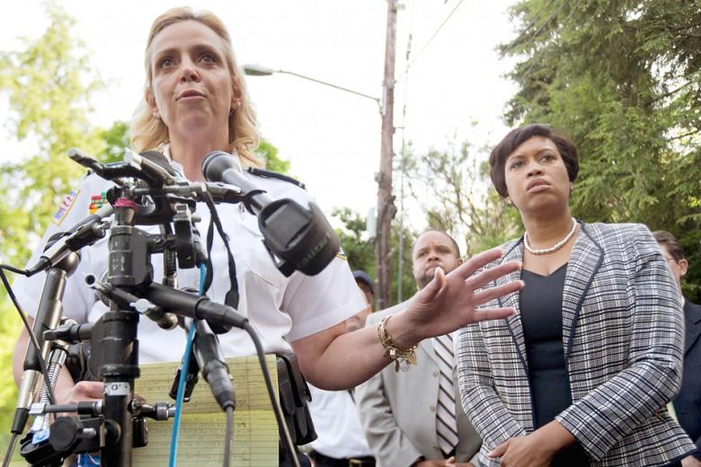 La repetición de los tiroteos en una parte de la ciudad y en un periodo de nueve horas, provocó que la alcaldesa Muriel Bowser (izq.) y la jefa de la policía, Cathy Lanier, hablaran con la población sobre las medidas que se están tomando. Fotos: Ilustración/Archivo AP