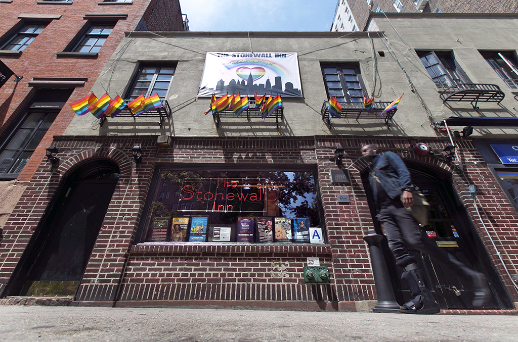 En esta fotografía de archivo del 29 de mayo de 2014 se observa al Stonewall Inn, en Greenwich Village de Nueva York. Fue en este lugar que surgió el levantamiento de 1969 que desencadenó el movimiento moderno de derechos homosexuales. (Foto AP/Richard Drew, Archivo)