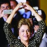 La presidenta de Brasil, Dilma Rousseff, hace un corazón con las manos tras inaugurar la Conferencia Nacional de la Mujer en Brasilia, Brasil, el martes 10, dos días antes de la decisión del Senado de suspenderla. Foto: AP