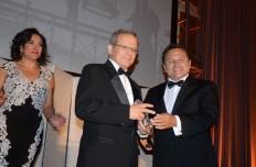 """Alberto Gómez, presidente de """"Prince Construction""""(centro) recibe el Premio """"Lifetime Achievement"""" de manos de Carlos Perdomo, de """"Keystone Plus Construction, y presidente de la Gala. Con ellos Angela Franco, durante la Celebración del 40 Aniversario de GWHCC, el 3 de junio en el Omni Shoreham Hotel."""