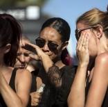 Mujeres conmovidas el viernes 15 de julio de 2016 cerca del sitio donde un camión arrolló a decenas de personas en Niza, Francia, el día anterior. (AP Foto/Laurent Cipriani)