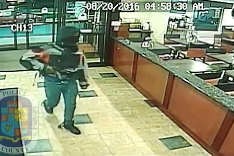 Foto del presunto victimario del inmigrante nigeriano Taiwoo Oduwole, tomadas de un video de vigilancia en un hotel donde el sospechoso robó media hora después del asesinato en el 7-Eleven. FOTO: AP
