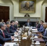 El presidente Barack Obama dialoga con el mandatario costarricense Luis Guillermo Solís, durante el encuentro sostenido en la Casa Blanca el lunes 22. Asistieron el vicepresidente Joe Biden y miembros de la delegación de Costa Rica.   Foto: Presidencia de Costa Rica