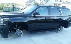 Esta SUV Chevrolet Tahoe propiedad de un marino reposa sobre ladrillos, luego de delincuentes robaran sus llantas en un barrio de Woodbridge, Virginia.   Fotos:  Policía PW