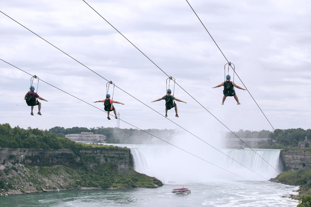 Visitantes disfrutan en tirolesas de cataratas del Niágara