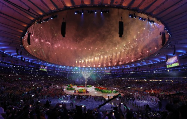 La pirotecnia estalla en el estadio Maracaná, durante la ceremonia de clausura de los Juegos Olímpicos de Río de Janeiro, el domingo 21 de agosto de 2016 (AP Foto/Vincent Thian)
