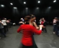 Parejas bailan durante una clase en el Tango Buenos Aires Festival y Mundial, el viernes 19 de agosto del 2016 en la capital argentina. (AP Foto/Jorge Saenz)