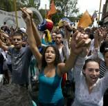 ARCHIVO - En esta imagen del 7 de septiembre de 2016, manifestantes cantando en el himno nacional de Venezuela durante una protesta contra el gobierno del presidente de Venezuela, Nicol‡s Maduro, en Los Teques, a las afueras de Caracas, Venezuela. (AP Foto/Ariana Cubillos, Archivo)