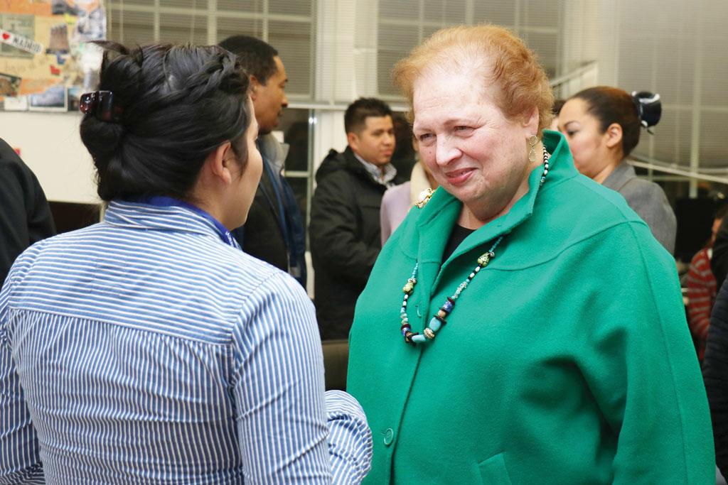 Mari Carmen Aponte inspira a estudiantes inmigrantes