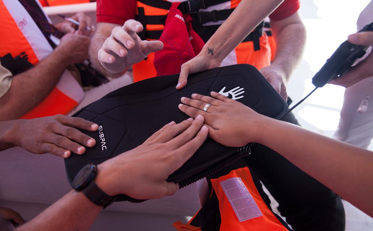 Ballenas y alta tecnología ayudan a sordos en RD