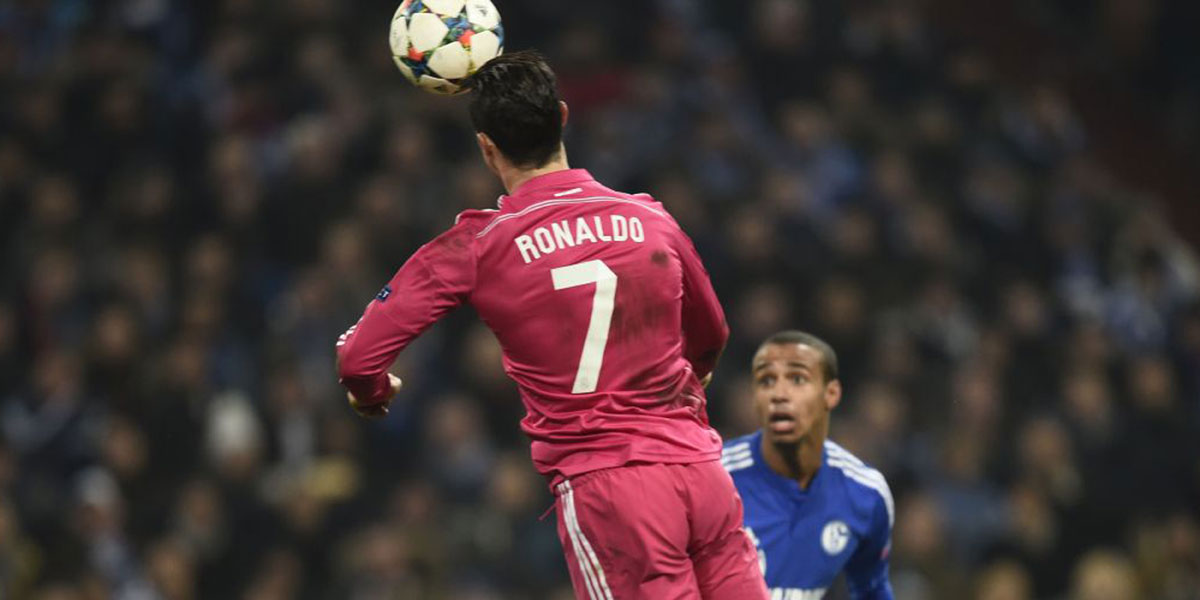 UEFA quiere investigar riesgos de cabecear el balón