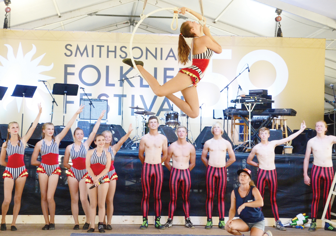 "Smithsonian Folklife Festival  Presenta ""On the move"""
