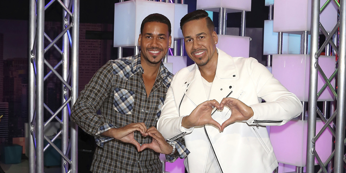Singer-songwriter Romeo Santos, left, poses with his wax figure at an unveiling at Madame Tussauds on Wednesday, July 19, 2017, in New York. (Photo by Greg Allen/Invision/AP)