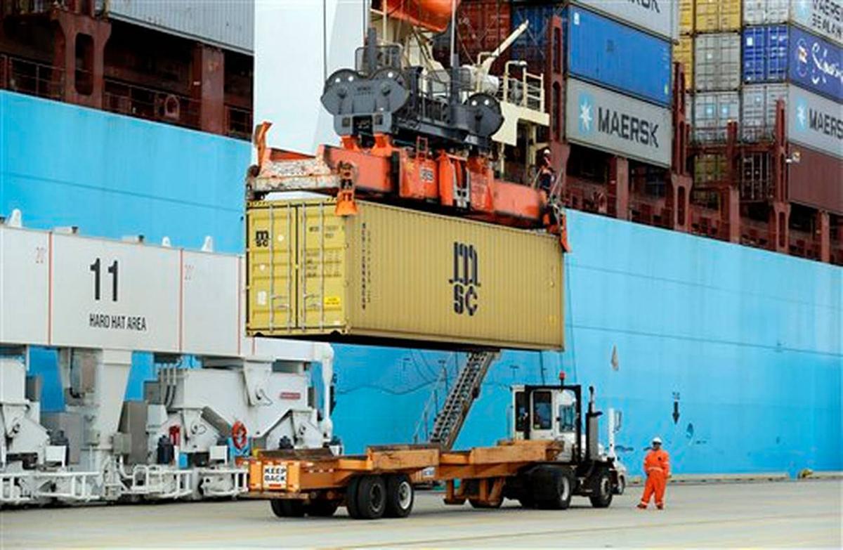 Déficit comercial cae en mayo, suben exportaciones