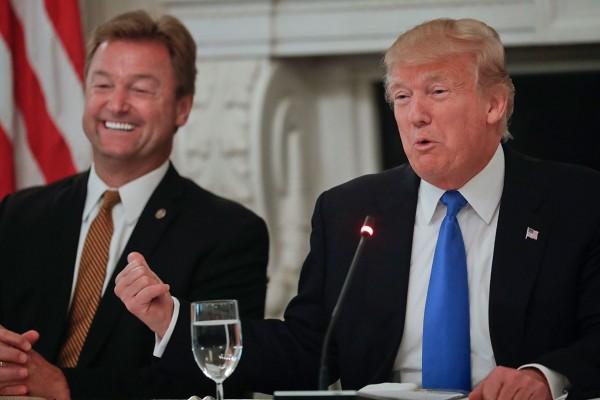Foto-2-Trump-y-senador-Dean-Heller-Ley-Salud