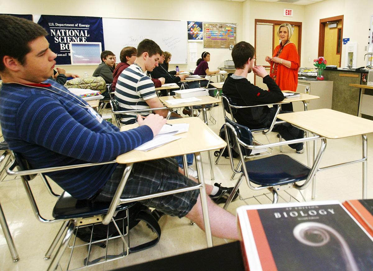 Buscan reducir requisitos para graduación en VA