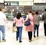 Gabriel MejÌa (izq) y su esposa Virginia de la Paz M·rquez (segunda desde la izq) se van del aeropuerto de Baltimore tras recibir a sus hijos Brian (der), de 19 aÒos y Wendy (segunda desde la der), de 16, a su llegada de El Salvador el 12 de noviembre del 2015. Los MejÌa pudieron traer a sus hijos a Estados Unidos gracias a un programa federal que facilita las reunificaciones familiares de personas que viven legalmente en Estados Unidos y tienen hijos expuestos a la violencia en Honduras, El Salvador y Guatemala. (AP Photo/Patrick Semansky).
