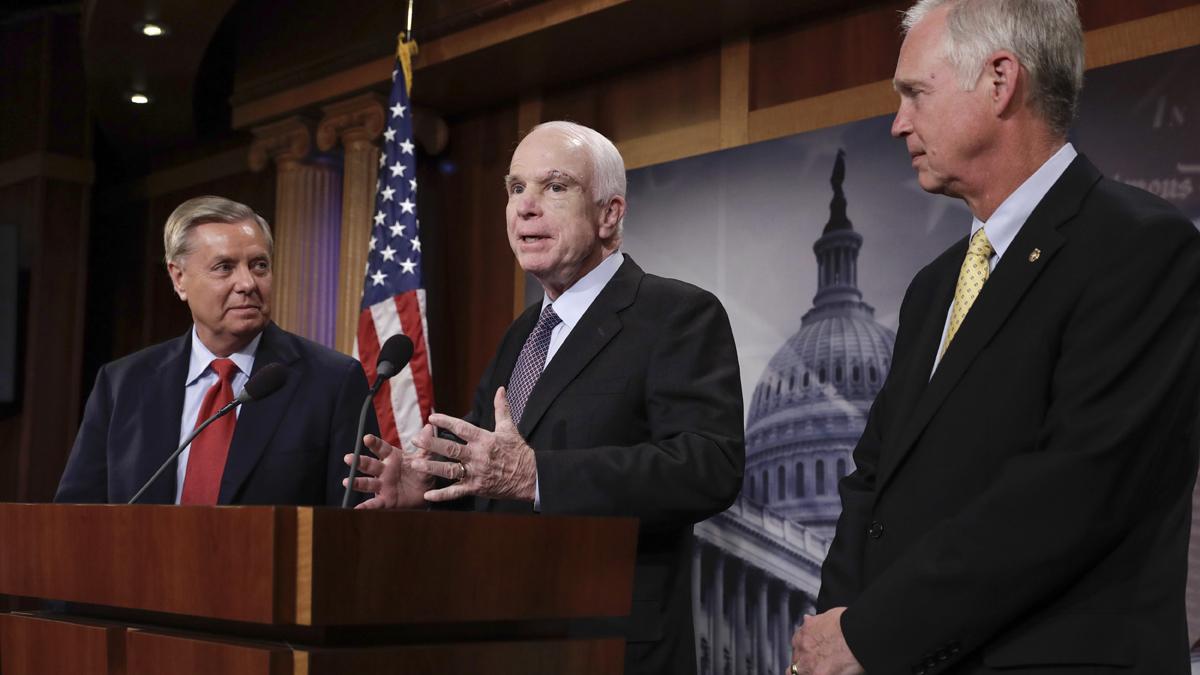 Senador republicano insinúa que tumor afectó voto de McCain