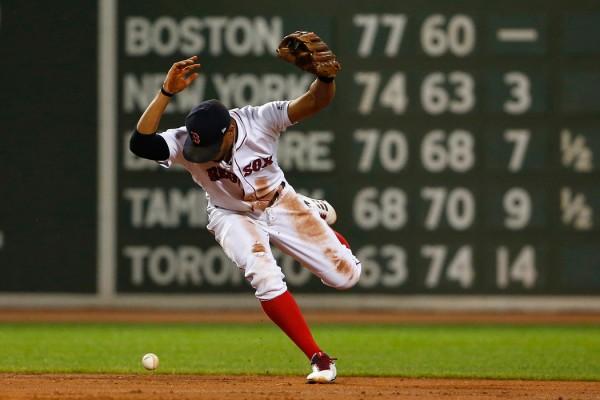 El torpedero Xander Bogaerts de los Medias Rojas de Boston pierde la bola durante el partido contra los Azulejos de Tornto, el lunes 4 de septiembre de 2017. (AP Foto/Winslow Townson)