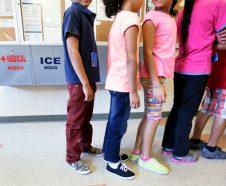 En esta fotografía de archivo del 10 de septiembre de 2014, niños inmigrantes detenidos hacen fila en la cafetería del Centro Residencial del Condado Karnes, un hogar temporal para mujers y niños inmigrantes detenidos en la frontera, en Karnes City, Texas. El gobierno de Barack Obama invertirá cuatro millones de dólares en abogados para niños inmigrantes que entraron solos a Estados Unidos y que están en proceso de deportación, una medida que un influyente legislador republicano dijo que es ilegal y fomentará la inmigración no autorizada, según se anunció el martes 30 de septiembre de 2014. (Foto AP/Eric Gay, archivo)