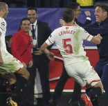 Sevilla's Guido Pizarro, left, celebrates with Sevilla coach Eduardo Berizzo, right, after scoring their third goal during a Champions League group E soccer match between Sevilla and Liverpool, at the Ramon Sanchez Pizjuan stadium in Seville, Spain, Tuesday, Nov. 21, 2017. (AP Photo/Miguel Morenatti)