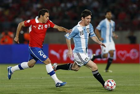 Argentina's Lionel Messi fights for the ball with Chile's Marcelo Diaz during their 2014 World Cup qualifying soccer match in Santiago October 16, 2012. REUTERS/Ivan Alvarado