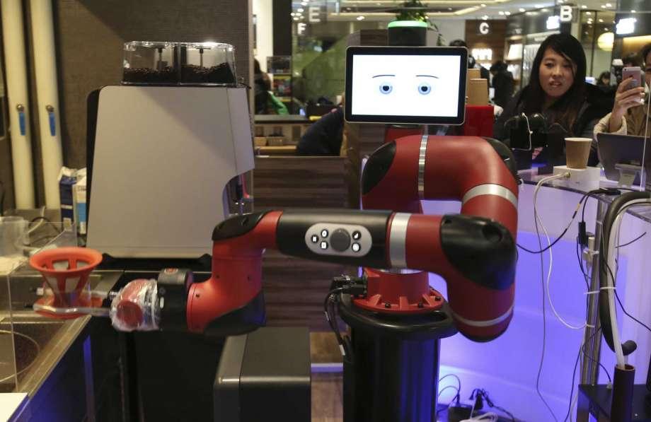 Robot prepara café en nueva cafetería de Tokio